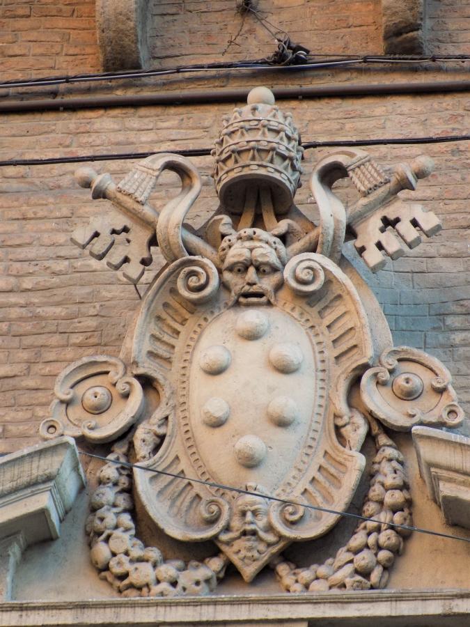 La Fontana Vecchia Bologna Via Ugo Bassi medici papal coat of arms